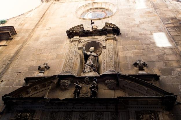 Barcelona, catalonië, spanje, 22 september 2019. details van de historische gebouwen aan de buitenkant. oude bas-reliëfs op de ramen en muren. architecturale ontwerpelementen.