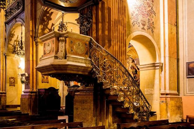 Barcelona, catalonië, spanje, 22 september 2019. geweldig interieur van de kathedraal van barcelona.