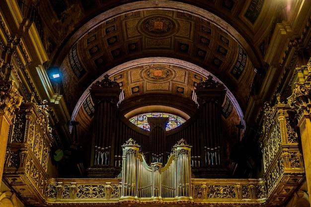 Barcelona, catalonië, spanje, 22 september 2019. orgel in geweldig interieur van de kathedraal van barcelona.