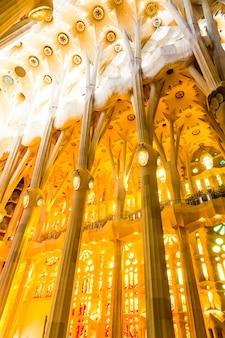 Barcelona, spanje, 20 september 2019. de sagrada familia, is een enorme rooms-katholieke basiliek in barcelona, spanje, ontworpen door antoni gaudi en staat op de werelderfgoedlijst van unesco.