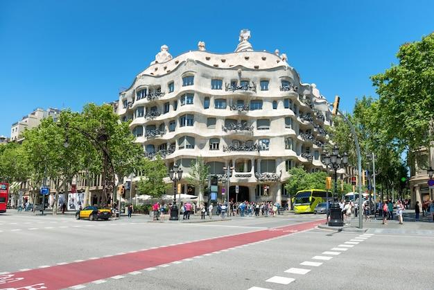 Barcelona, spanje - 21 mei 2016: gevel van casa mila met menigte van mensen op straat van barcelona, spanje. beroemd gebouw ontworpen door antoni gaudi, opgenomen in de unesco-lijst