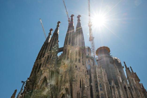 Barcelona spanje - 21 mei 2016 la sagrada familia - uitzicht op de kathedraal onder felle zon, ontworpen door antonio gaudi, die nog in aanbouw is op 21 mei 2016 in barcelona, spanje.