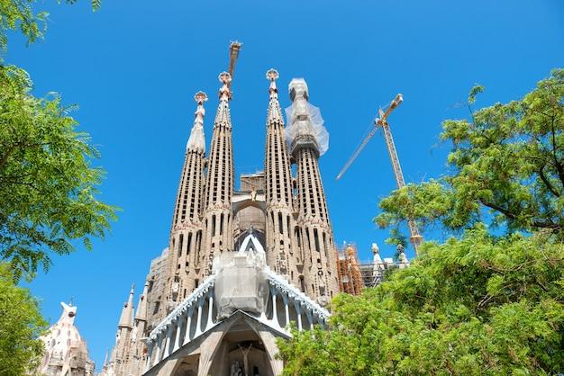 Barcelona spanje - 21 mei 2016 la sagrada familia - uitzicht vanaf het groene park naar de kathedraal ontworpen door antonio gaudi, die nog in aanbouw is op 21 mei 2016 in barcelona, spanje.