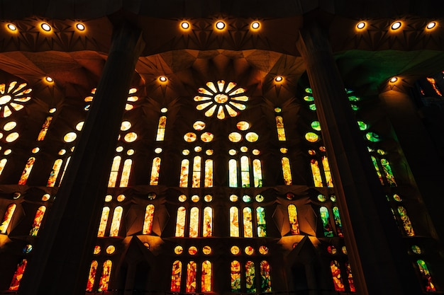 Barcelona spanje december gebrandschilderde ramen van binnenuit de sagrada familia in barcelona spanje
