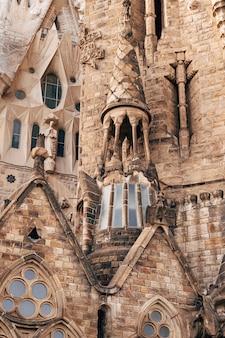 Barcelona spanje december sculpturen en standbeelden op de gevel van het sagrada familia-gebouw