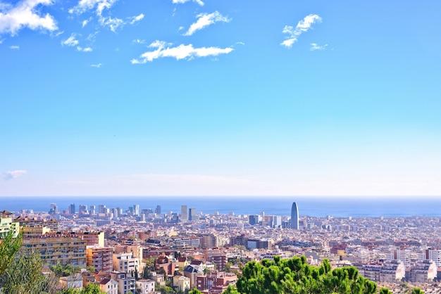Barcelona-stad uitzicht vanaf park guell bij zonsopgang