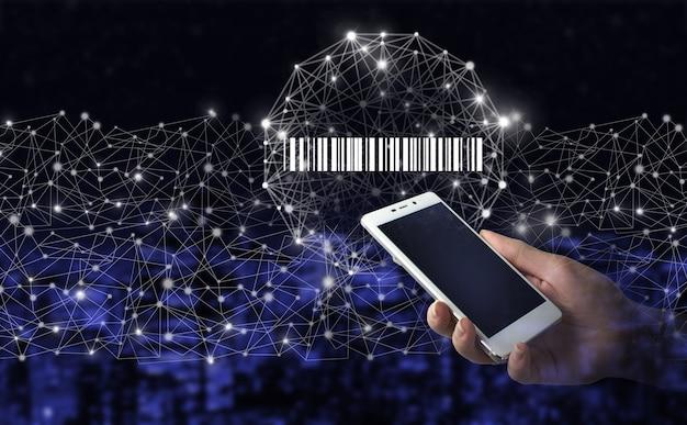 Barcode online prijskaartje merchandise concept. hand houden witte smartphone met digitale hologram bar code prijskaartje teken op stad donkere onscherpe achtergrond. inventaris logistiek concept.