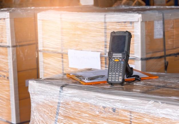 Barcodescanner met pakketdozen in opslagmagazijn computer werktools voor voorraadbeheer
