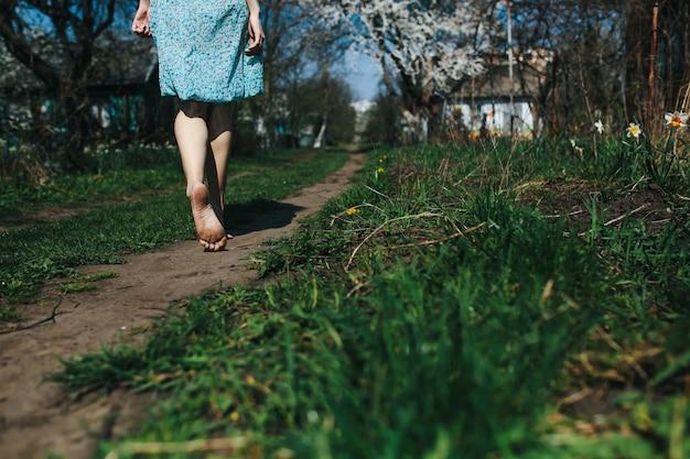Barefoot vrouw lopen op de grond