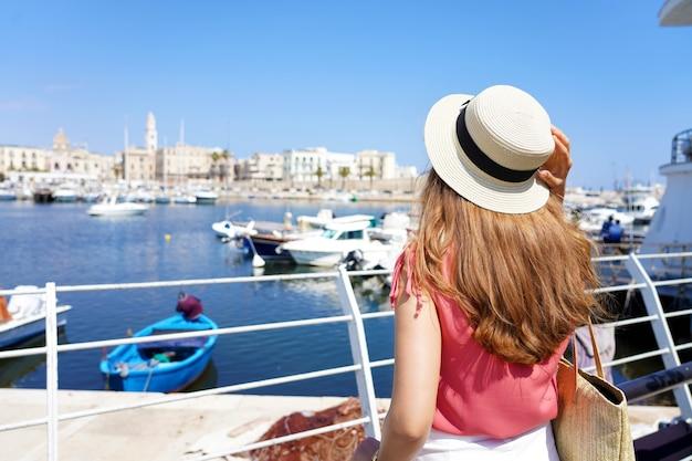 Bari bezoeken. achteraanzicht van jonge reiziger vrouw genieten van stadsgezicht van bari, italië.