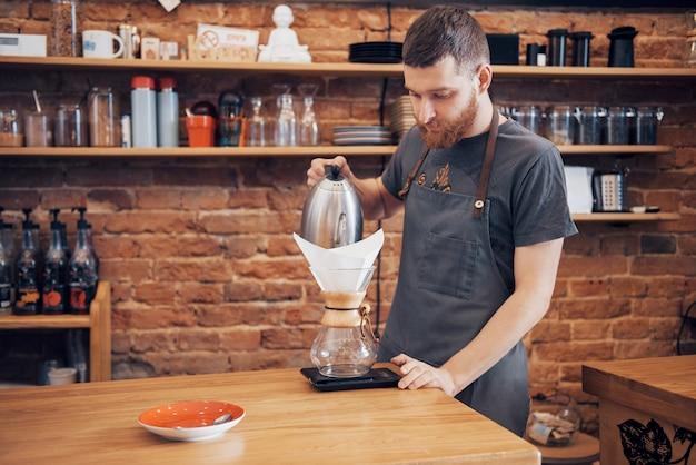 Barista bereidt het concept van de werkende koffie voor