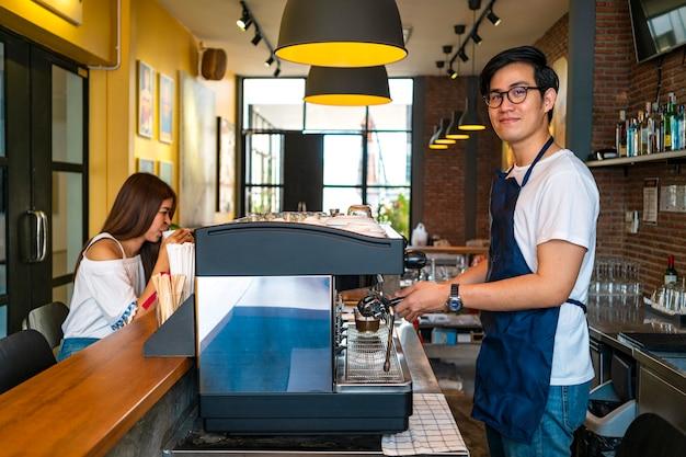 Barista bereidt koffie voor klant, coffeeshop en barista concept