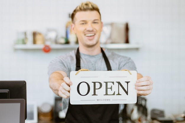 Barista café koffie personeel hand met winkel opening teken banner, restaurant heropenen na covid lockdown concept
