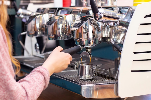 Barista cafe koffiebereiding serviceconcept. bereidt espresso in coffeeshop; detailopname. sluit omhoog van versgemalen koffie