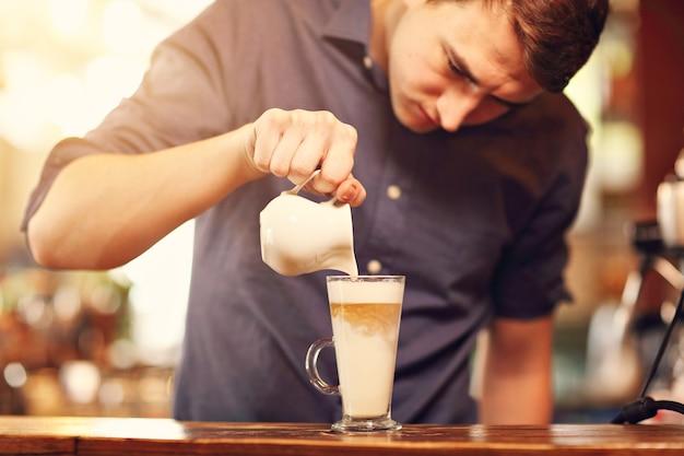 Barista cafe maken koffie voorbereiding serviceconcept