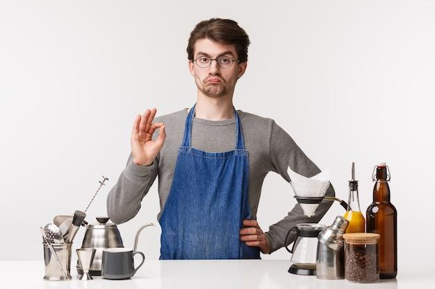 Barista, café werknemer en barman concept. zeer goede, onder de indruk en tevreden blanke werknemer, eigen bedrijf runnen en daar werken, goed teken tonen, garanderen dat de klant van koffie houdt