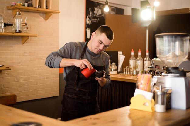 Barista die cappuccino, barman maken die koffiedrank voorbereiden