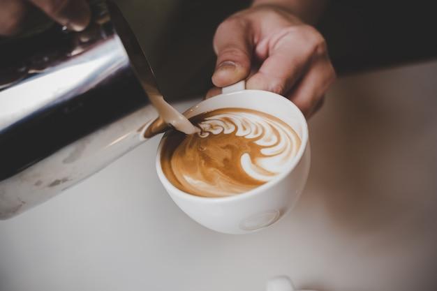 Barista die cappuccino maakt.