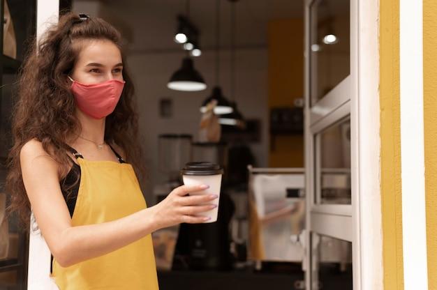 Barista die een gezichtsmasker met exemplaarruimte draagt