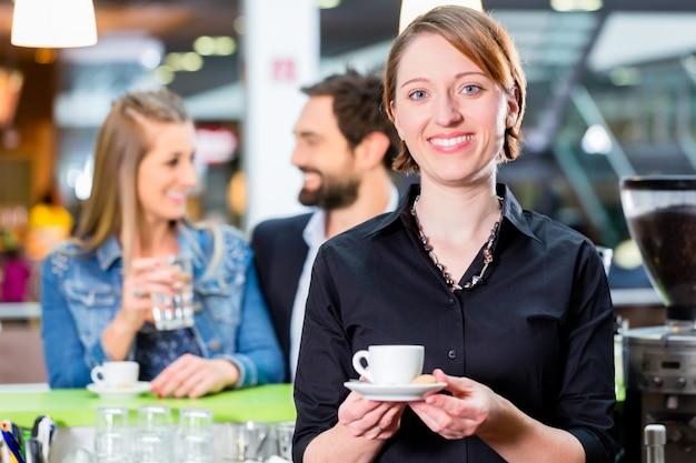Barista die espresso in koffie voorstelt