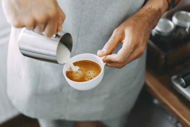 Barista die klassieke cappuccino maakt