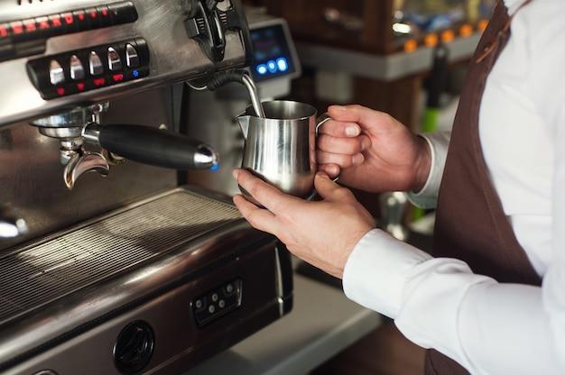 Barista die koffie maakt. melk bereiden voor cappuccino