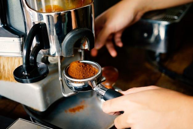 Barista die koffie maakt.