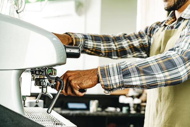 Barista die koffie op professionele koffiemachine voorbereidt