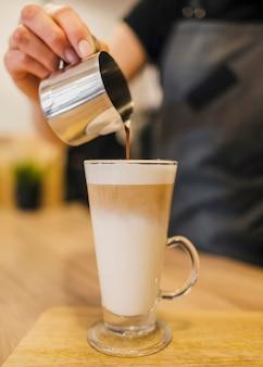 Barista die koffiedrank maakt