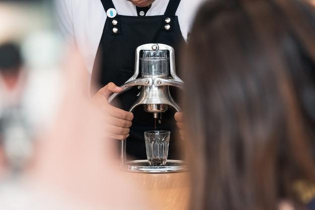 Barista die koffiedrank voorbereiden