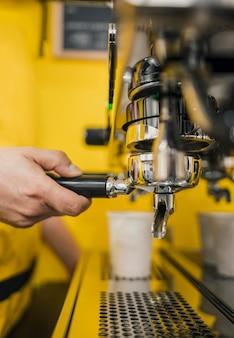 Barista die koffiemachine in winkel gebruiken