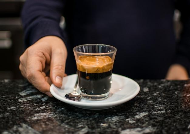 Barista en barman details in café.