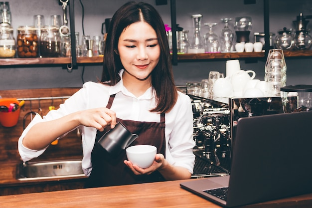 Barista-holdingskoffie in koffiewinkel