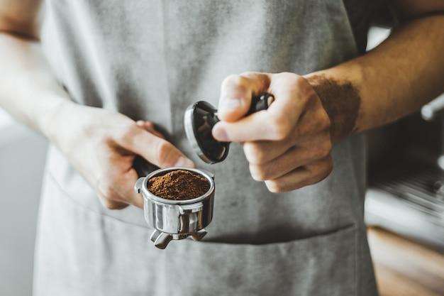 Barista klaar voor het maken van klassieke espresso