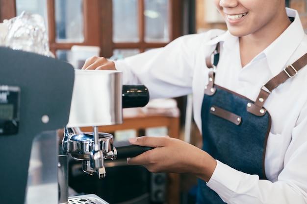 Barista koffie café maken koffie voorbereiding service.