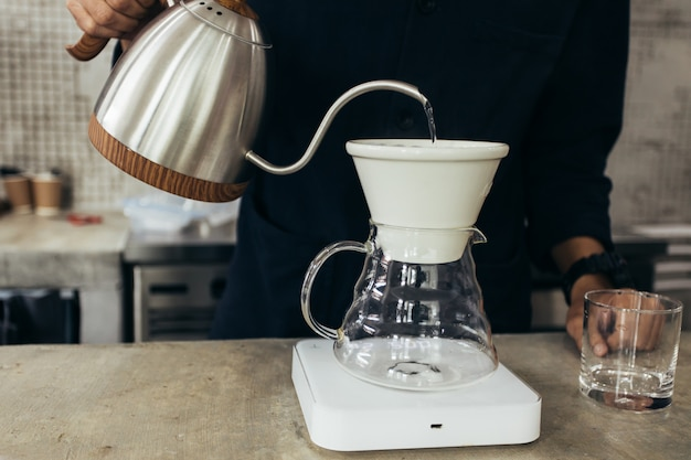 Barista koffiezetten, methode overgieten, druppelen koffie
