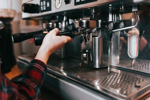 Barista maakt aromatische koffie.
