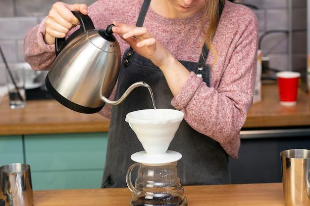 Barista maakt espresso met een trechter