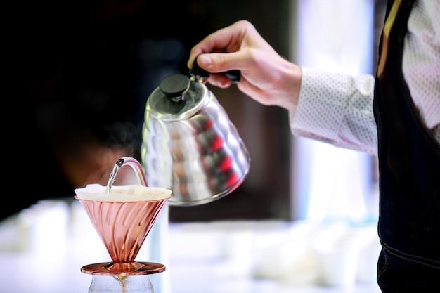 Barista maakt koffie, koffie bereidt met chemex, chemex druipende hete verse koffie