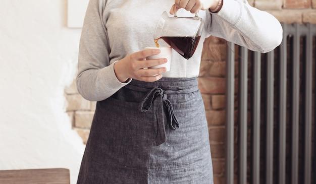 Barista maakt koffie