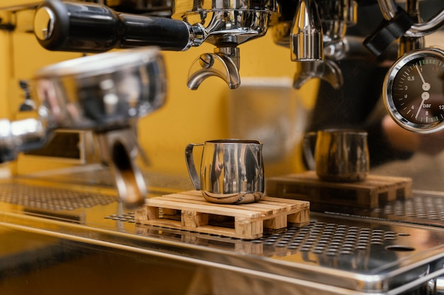 Barista met professionele koffiemachine