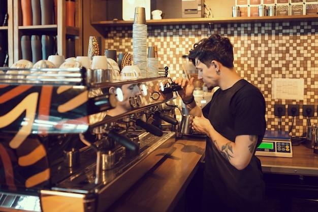 Barista op het werk in een koffieshop