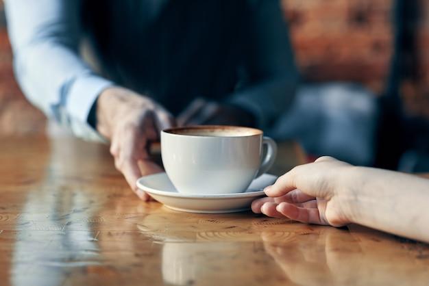 Barista overhandigt een kopje koffie aan een klant