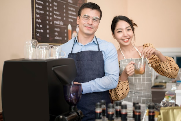 Barista's die een kopje koffie maken en bereiden in de coffeeshop
