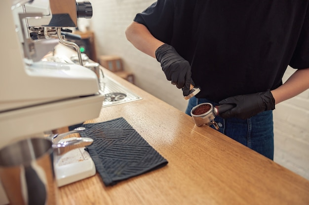Barista werkt in cafetaria tijdens covid pandemie