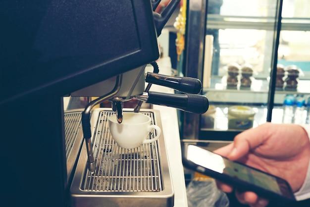Baristakoffie die het concept van de koffievoorbereidingsdienst maken