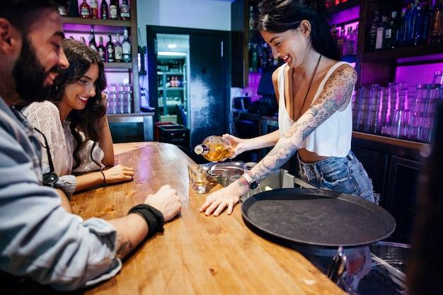 Barkeeper maken schoten