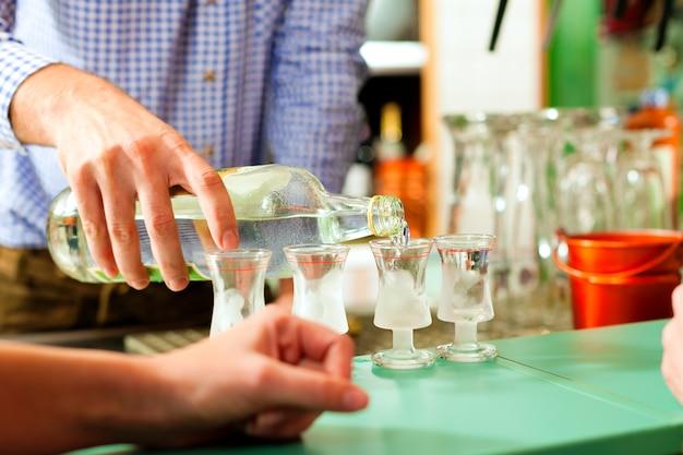 Barkeeper sterke drank in glazen gieten