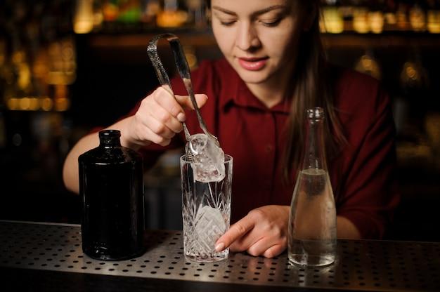 Barmaid bereidt een alcoholische cocktail caipirinha