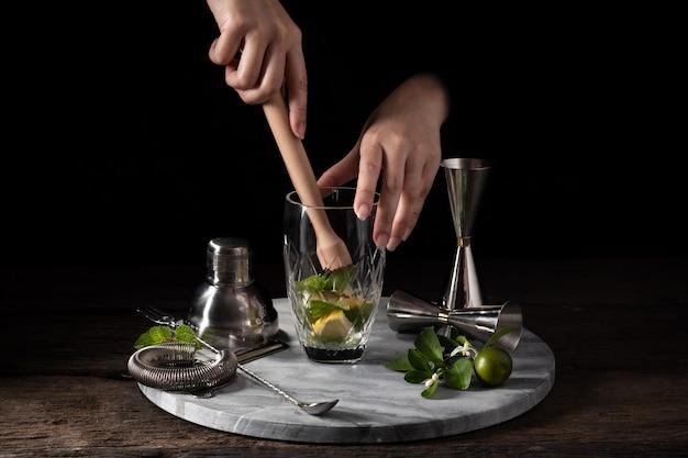 Barman apparatuur shaker zeef jigger op hout achtergrond met kopie ruimte